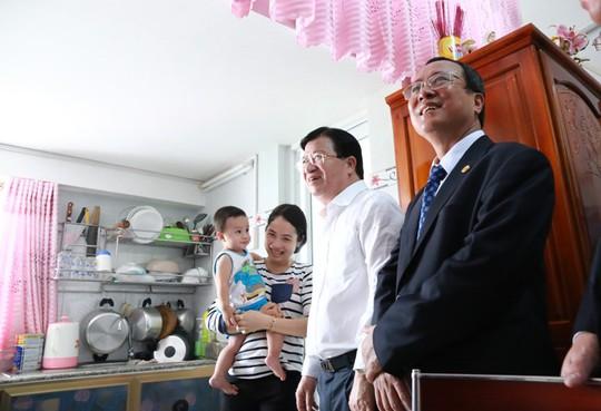 Bộ Trưởng Trịnh Đình Dũng và Chủ tịch tỉnh Bình Dương thăm hỏi cư dân trong căn hộ 30m2