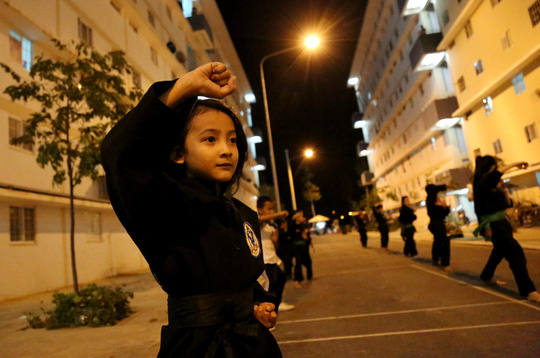Hằng đêm dưới sân sinh hoạt ở khu căn hộ xã hội con em cư dân ở đây được dạy võ