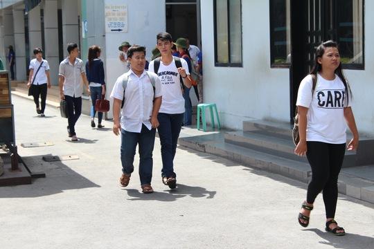 Những thí sinh đầu tiên ra khỏi phòng tại Hội đồng thi Trường ĐH Công nghiệp, Gò Vấp. Ảnh: Đ. Trinh
