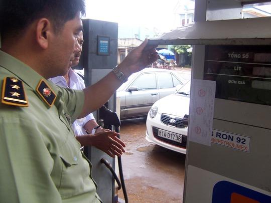 QLTT kiểm tra tại cửa hàng kinh doanh xăng