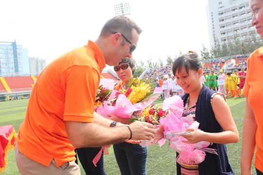 Ông Noel Kinder, Tổng Giám đốc Công ty TNHH Nike Việt Nam, trao hoa các nhà tài trợ