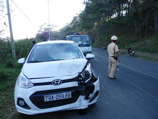 """""""Tại hiện trường vụ tai nạn, chiếc xe máy bị hư hỏng nặng"""""""