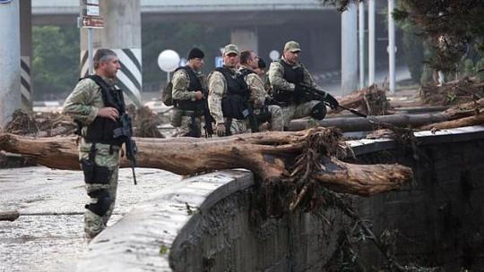 Cảnh sát tuần tra thành phố sau khi nhiều thú dữ thoát khỏi sở thú. Ảnh: EPA