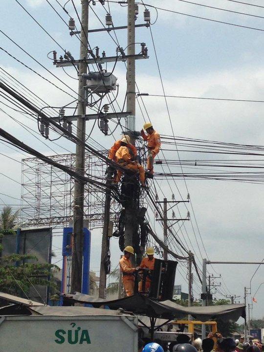 Nhân viên điện lực và cứu hộ đã đưa thợ điện bị tai nạn xuống sau 30 phút ứng cứu