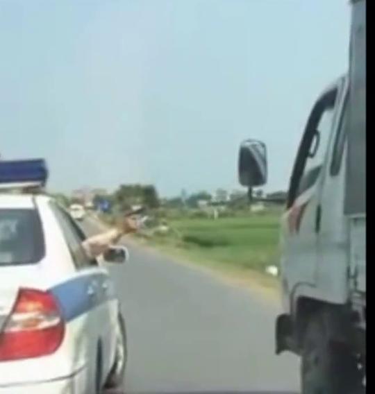 Đại úy Miên chĩa súng về phía xe ô tô tải