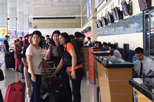 Làm thủ tục check in tại sân bay Nội Bài (Hà Nội)