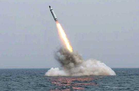 Tên lửa vọt từ tàu ngầm lên mặt nước. Ảnh: EPA