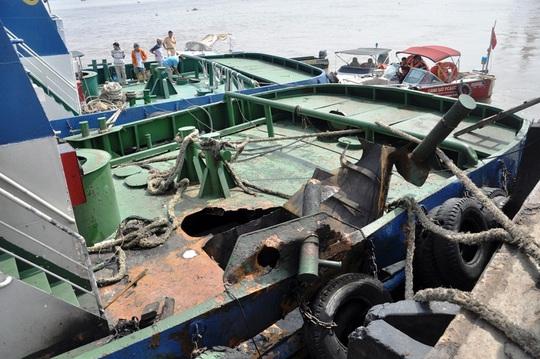 Vụ nổ phá vỡ một mảng lớn trên tàu lai dắt