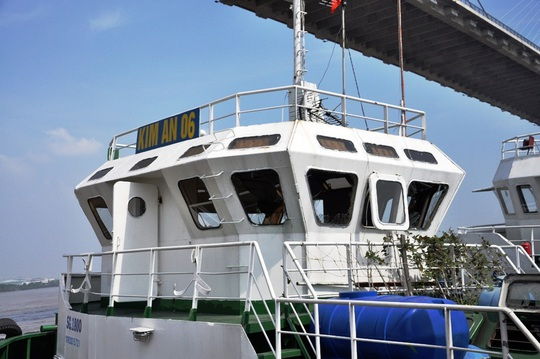 Kính chắn gió trên cabin trên tàu lai dắt bể nát