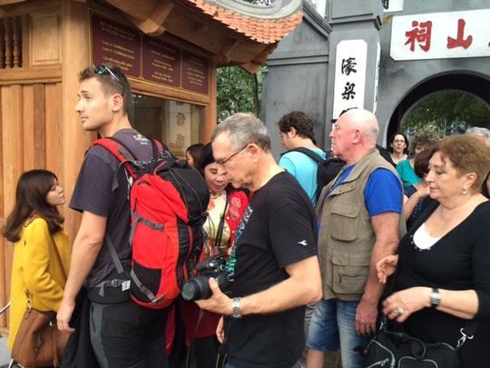 Đền Ngọc Sơn chật như nêm trong chiều mùng ngày 21-1 (mùng 4 tết). Không chỉ người Việt mà cả rất đông khách nước ngoài cũng đến tham quan di tích đặc biệt này.