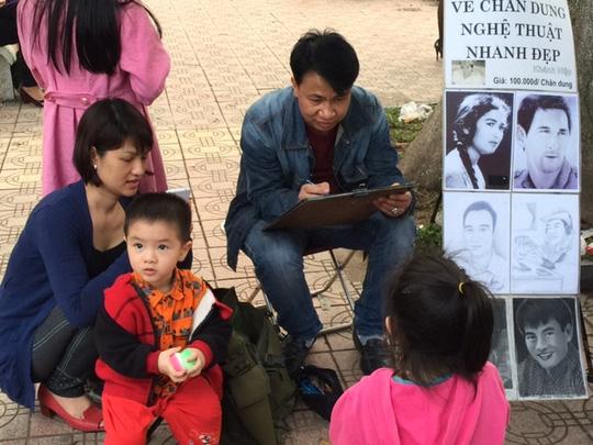 Dịch vụ vẽ chân dung ngay cạnh đền Ngọc Sơn với giá 100.000 đồng/bức