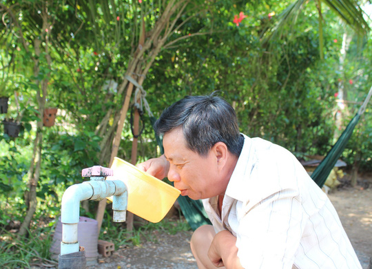 Gia đình ông Trần Văn Hòa (ngụ ấp 1, xã Nhị Bình, huyện Hóc Môn) sử dụng nước bị ô nhiễm từ nhiều năm nay