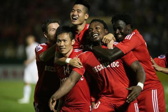 Các cầu thủ Bình Dương ăn mừng bàn thắng của Oseni