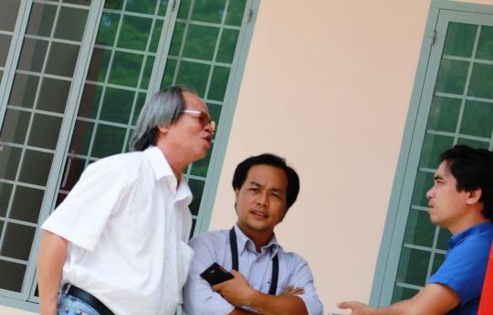Bác sĩ Hòe trao đổi với báo chí tại trụ sở coogn an