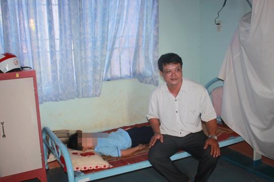 """Nguyễn Xuân Thắng, lãnh 12 tháng tù treo về tội """"Hủy hoại tài sản"""" của phóng viên."""