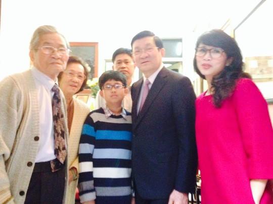 Gia đình GSTS - NSND Đình Quang chụp ảnh lưu niệm với chủ tịch nước Trương Tấn Sang nhân dịp chủ tịch đến thăm tư gia xuân Ất Mùi 2015