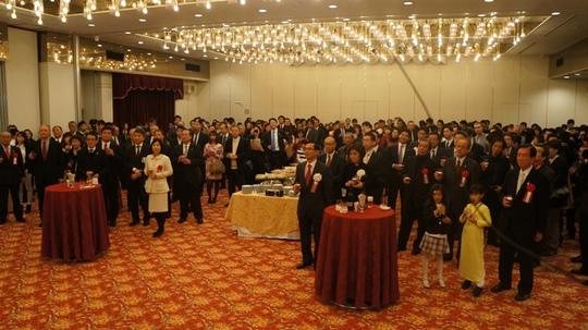 Gần 300 người đại diện cho chính quyền, doanh nghiệp, hội đoàn, tổ chức hữu nghị với Việt Nam, bạn bè quốc tế tại khu vực Kansai đã tham dự buổi gặp mặt mừng xuân