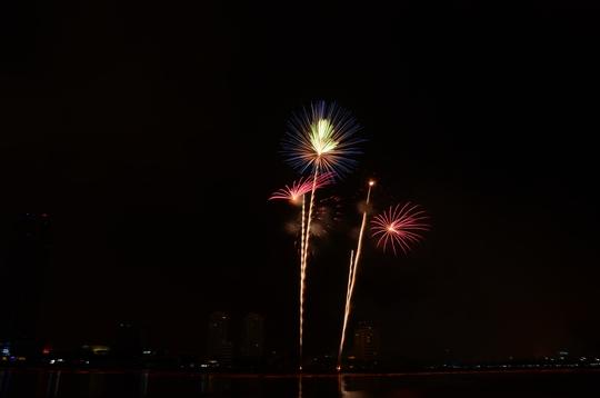 Pháo hoa rực sáng trên sông Hàn