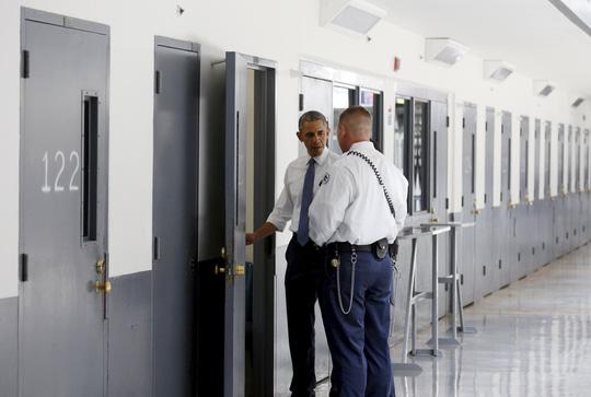 Ông chủ Nhà Trắng đương nhiệm đầu tiên tới thăm một nhà tù liên bang. Ảnh: Reuters