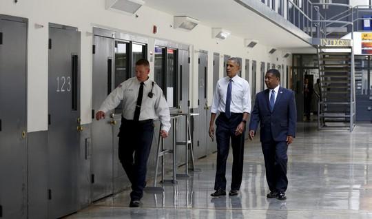 Tổng thống Obama đến thăm nhà tù El Reno. ảnh: Reuters