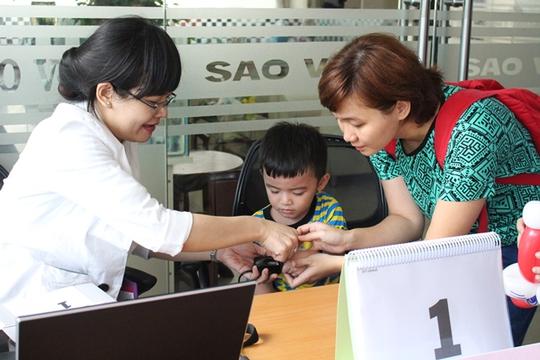 """Khách hàng của OCB tham gia """"Khám phá tính cách qua công nghệ sinh trắc học dấu vân tay"""""""
