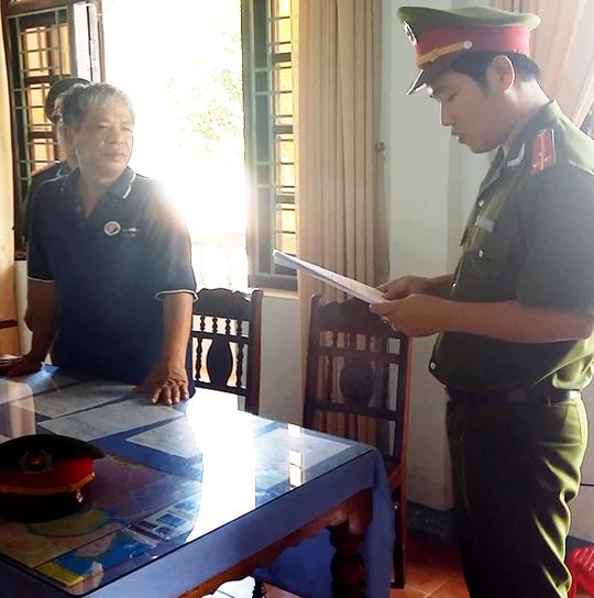 Công an tỉnh Quảng Nam đọc lệnh khởi tố bị can, bắt tạm giam ông Đào Văn Linh Ảnh: CTV