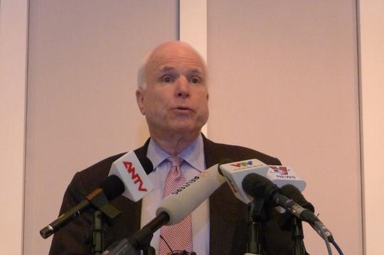 Thượng nghị sĩ John McCain gặp gỡ báo chí trong lần đến Việt Nam vào tháng 8-2014. Ảnh: Dương Ngọc