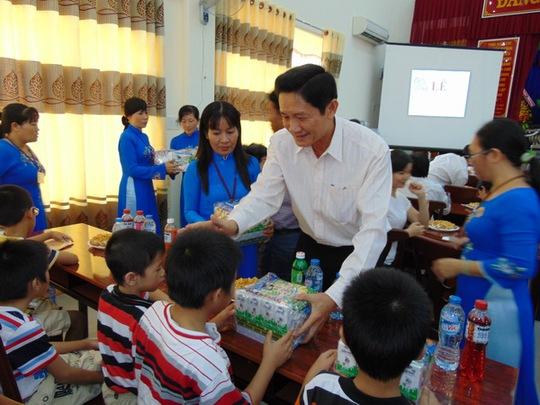 Ông Trần Trung Dũng - Giám đốc Sở LĐ-TB-XH TP HCM, tặng quà cho các cháu thiếu niên khó khăn