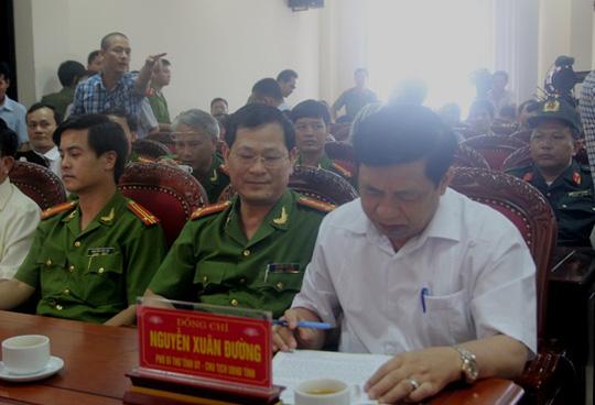 Ông Nguyễn Xuân Đường, Chủ tịch UBND tỉnh Nghệ An (áo trắng), đến dự buổi họp báo