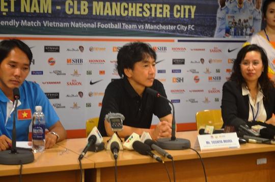 HLV Miura (giữa) phát biểu sau trận đấu