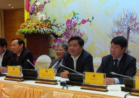 Bộ trưởng Đinh La Thăng (thứ 2 từ phải qua) cho biết đã đề nghị Tổng cục Cảnh sát - Bộ Công an vào cuộc vụ bút phê