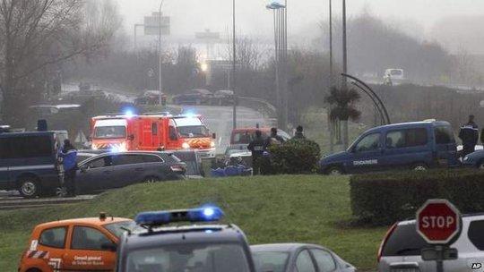 Một lượng lớn nhân viên an ninh được huy động đến Dammartin-en-Goële. Ảnh: AP