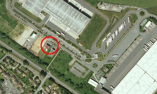 Công ty in ấn Création Tendance Découverte ở Dammartin-en-Goële đang xảy ra vụ bắt cóc con tin. Ảnh: Google Earth