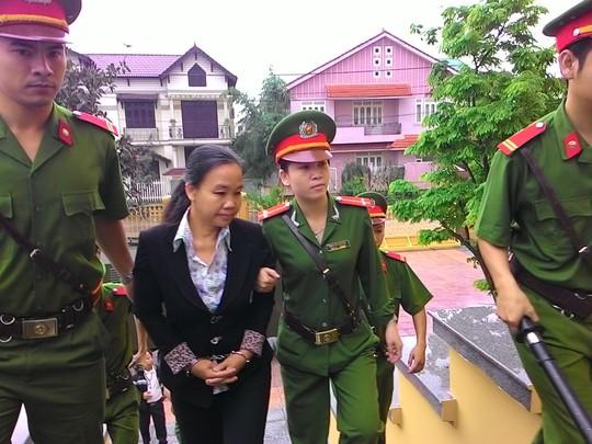 Bị cáo Nguyễn Thị Thuận được dẫn lên tòa xét xử