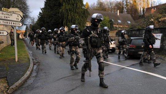 Lực lượng đặc nhiệm tại hiện trường. Ảnh: RFI