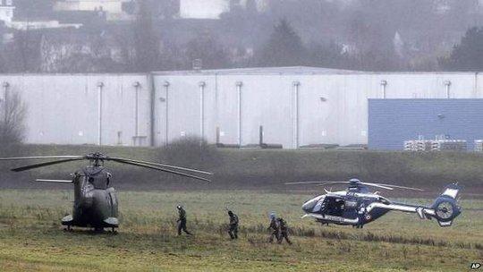 Trực thăng đậu gần hiện trường. Ảnh: AP
