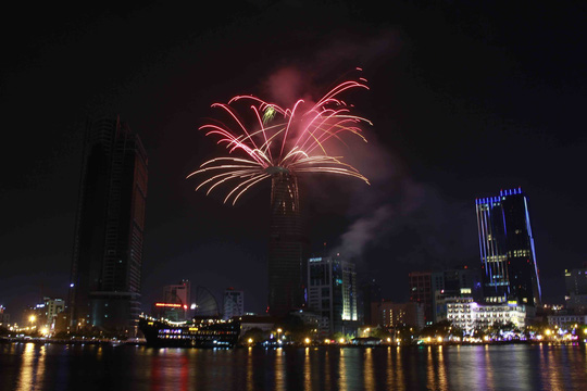 Sài Gòn rực sáng pháo hoa chào năm mới!