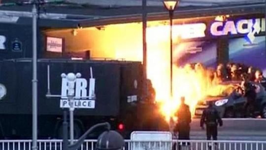 Hình ảnh cắt từ video cho thấy một vụ nổ trước cửa hàng Do Thái khi cảnh sát tấn công vào. Ảnh: REUTERS
