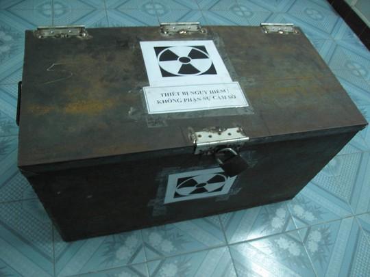 Thiết bị chứa nguồn phóng xạ được xử lý bằng cách bỏ trong thùng sắt đậy bằng một tấm chì