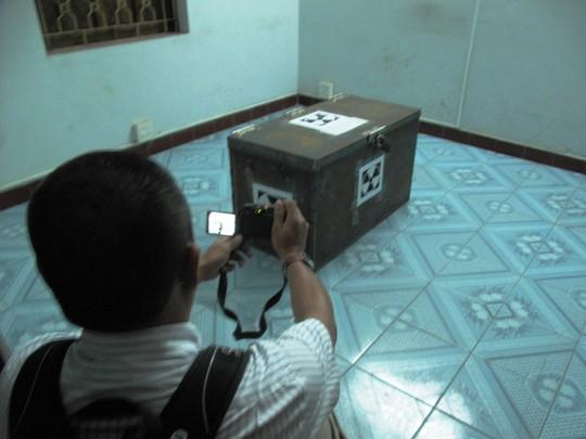 Thùng chứa thiết bị chứa phóng xạ được đặt giữa phòng, hạn chế người ra vào