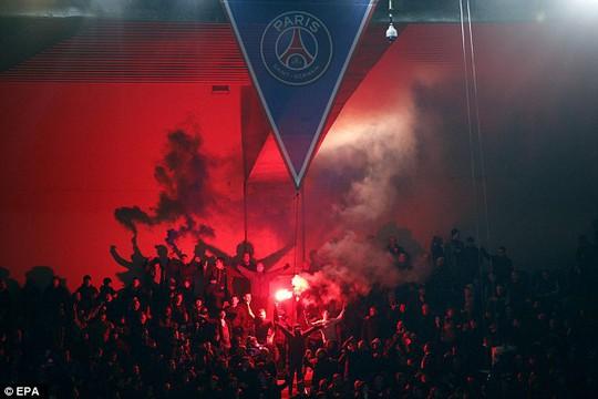 CĐV Chelsea đốt lửa trên khán đài