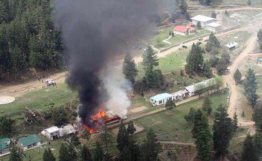 Đám cháy gây ra do trực thăng rơi xuống trường học. Ảnh: NDTV