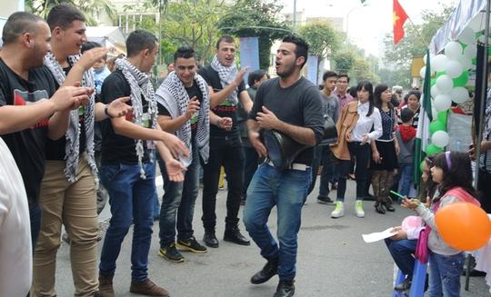 Điệu nhảy trong nhịp trống sôi động của các chàng trai của sứ quán Palestine