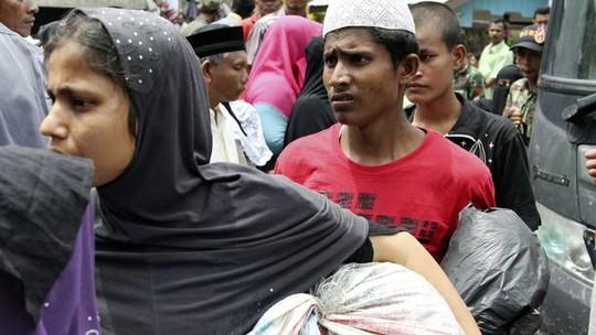 Khoảng 600 người được giải cứu ngoài khơi Indonesia. Ảnh: AP