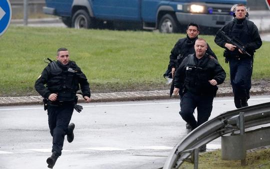 Cảnh sát tham gia chiến dịch truy bắt. Ảnh: Reuters