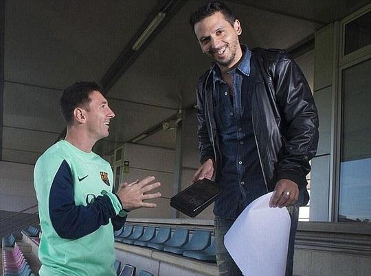 Nhà báo Jorge Topo Lopez trong một lần phỏng vấn Messi