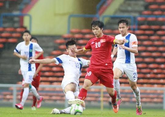 Công Phượng trong vòng vây các cầu thủ Macau
