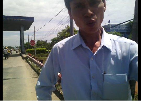 Khi phóng viên chụp hình, người này ra ngăn cản và giật điện thoại (Ảnh cắt từ clip)