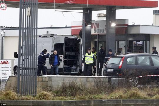 Trạm xăng bị cướp. Ảnh: AP