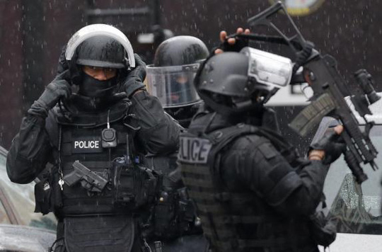Cảnh sát Pháp tại hiện trường vụ bắn chết 1 nữ cảnh sát ở Montrouge, ngoại ô Paris, hôm 8-1. Ảnh: Reuters